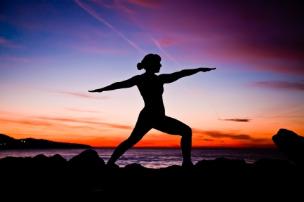 yoga-pose-sunrise-silhuette